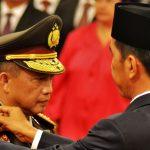 Presiden Joko Widodo memasangkan tanda pangkat Jenderal kepada Kapolri Tito Karnavian