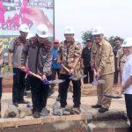 Walikota Depok Mohammad Idris meletakkan batu pertama pembangunan masjid di Perumahan Vila Rizky Ilhami.