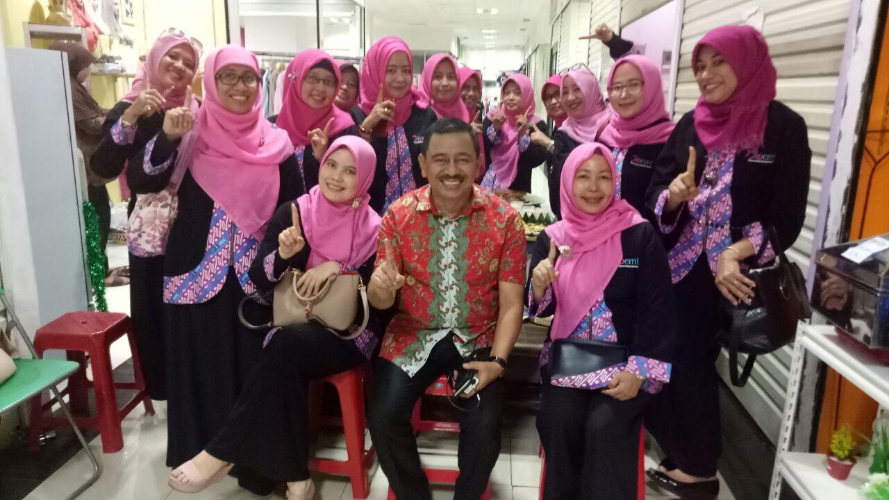 Pengurus Ipemi Depok foto bersama dengan Wakil Ketua Kadin Kota Depok,  Desfandri.