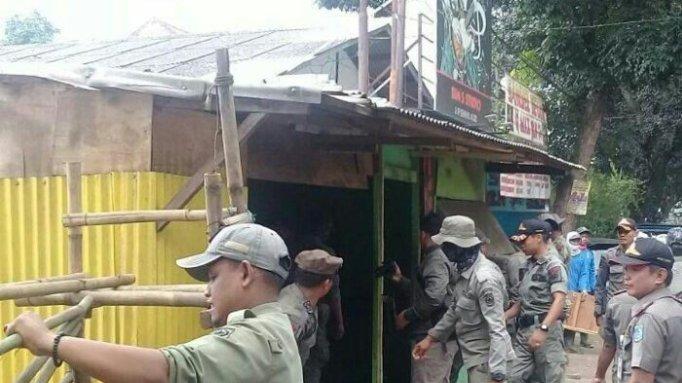 Satpol PP menertibkan bangunan liar yang ada di wilayah GDC-KSU