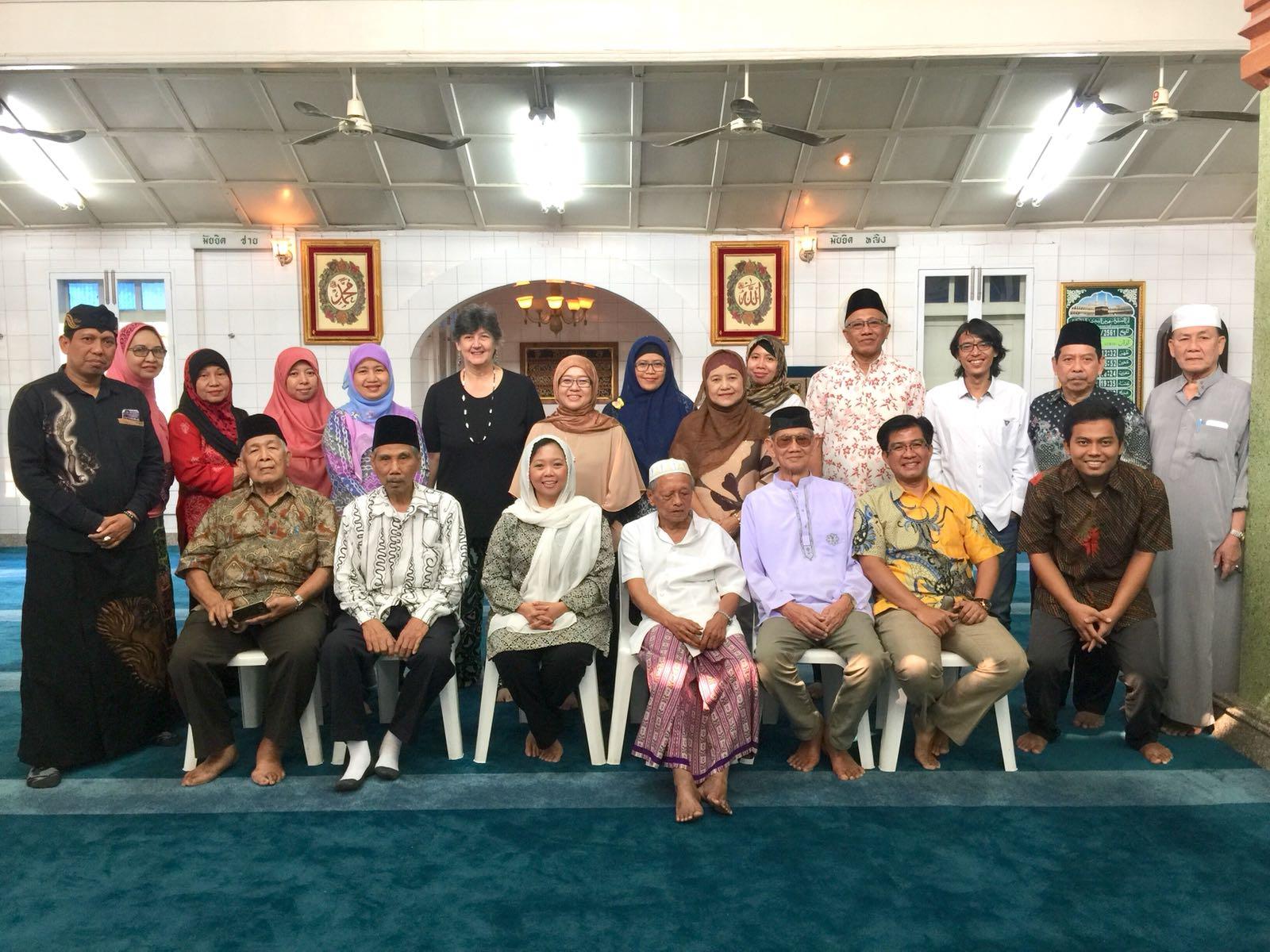 Alissa Wahid berfoto bersama di Masjid Jawa di Bangkok bersama keturunan Jawa yang ada di Thailand.
