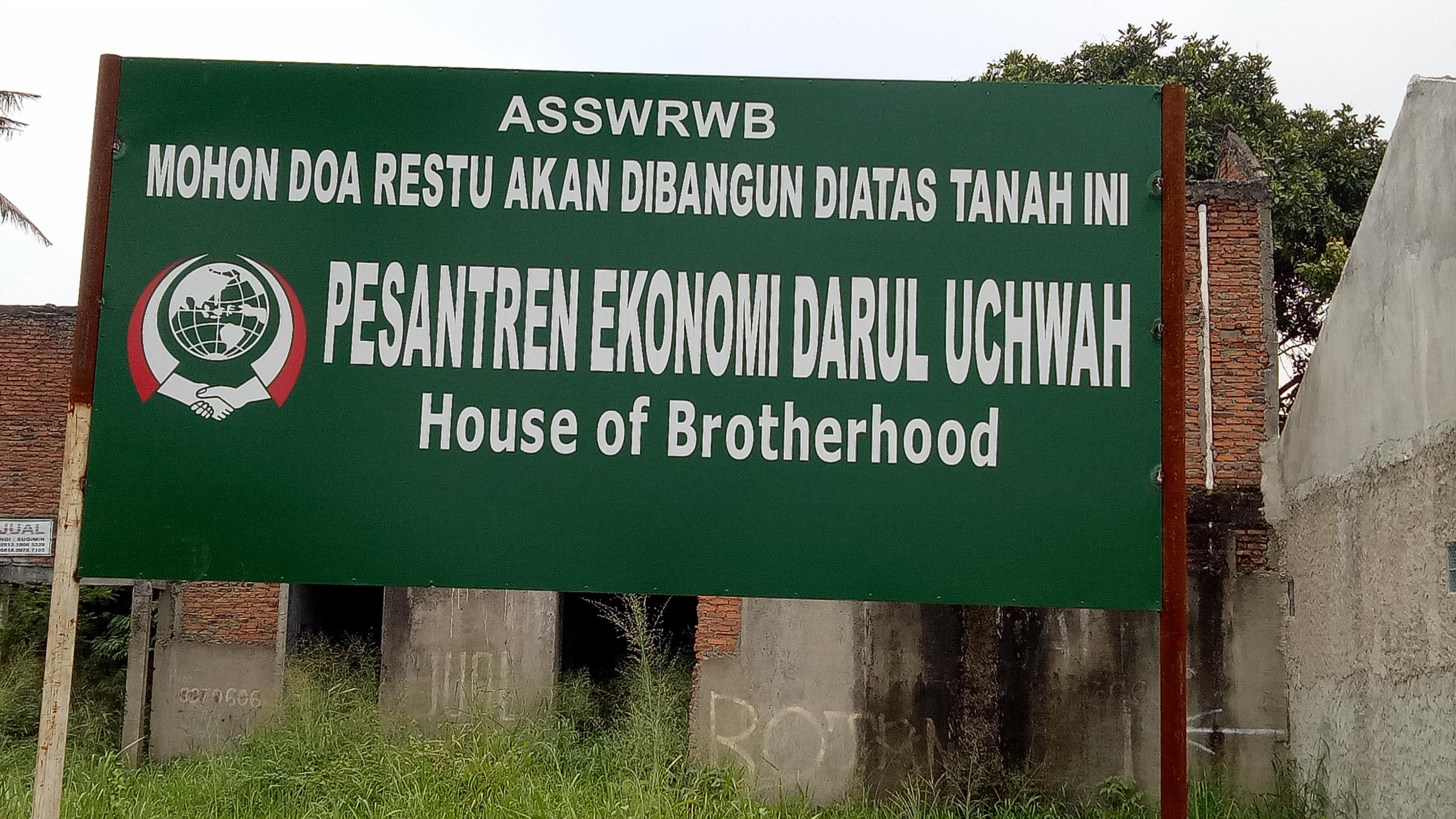 Papan pengumuman ini dipasang di atas jalan menuju kantor Kecamatan Limo.