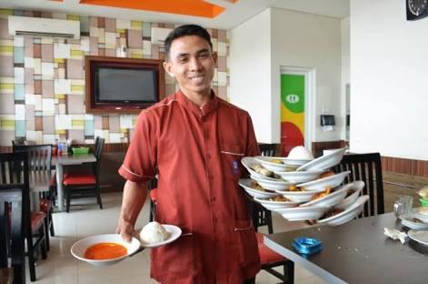 Warteg dan rumah makan Padang beromset Rp 10 juta per bulan bakal kena pajak restoran.