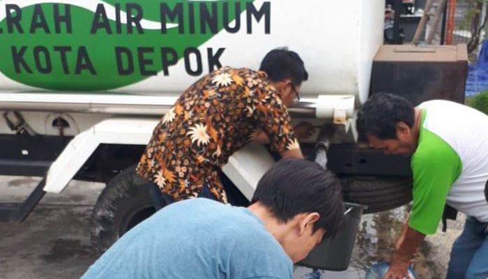 Petugas PDAM Tirta Asasta sedang menyiapkan tangki air untuk dikirim ke warga.