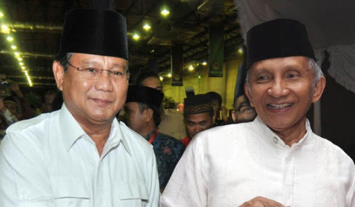 Amien Rais sedang bersama Prabowo Subianto.