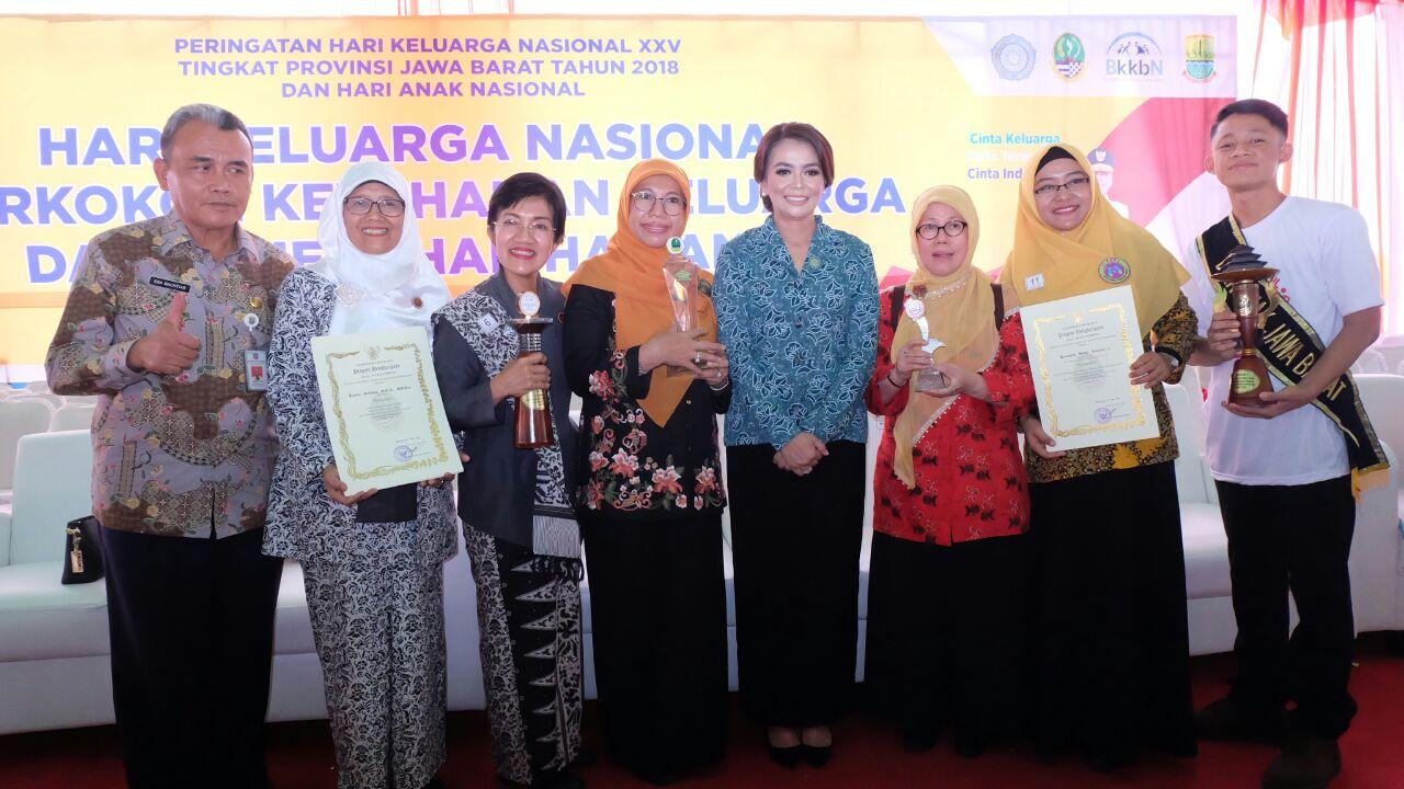 Bunda Elly Farida bersama rombongan dari Kota Depok pada acara Harganas dan Hari Anak Nasional tingkat Jawa Barat di Karawang.