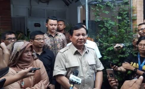 Prabowo Subianto mendatangi rumah Neno Warisman di Depok.