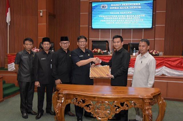 Sekda Kota Depok Hardiono menerima persetujuan dari Ketua DPRD Kota Depok Hendrik Tangke Allo.