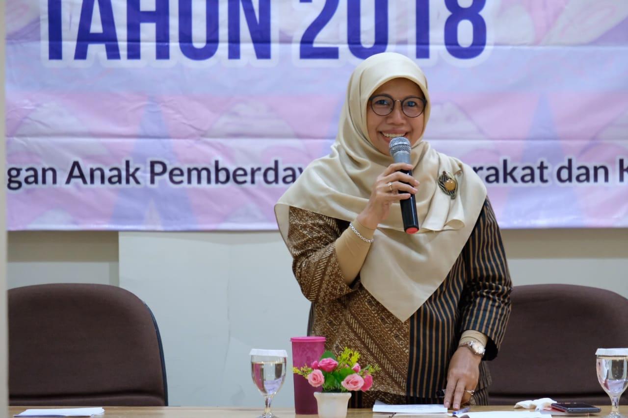Elly Farida ketika berbicara di kantor Kecamatan Bojongsari.