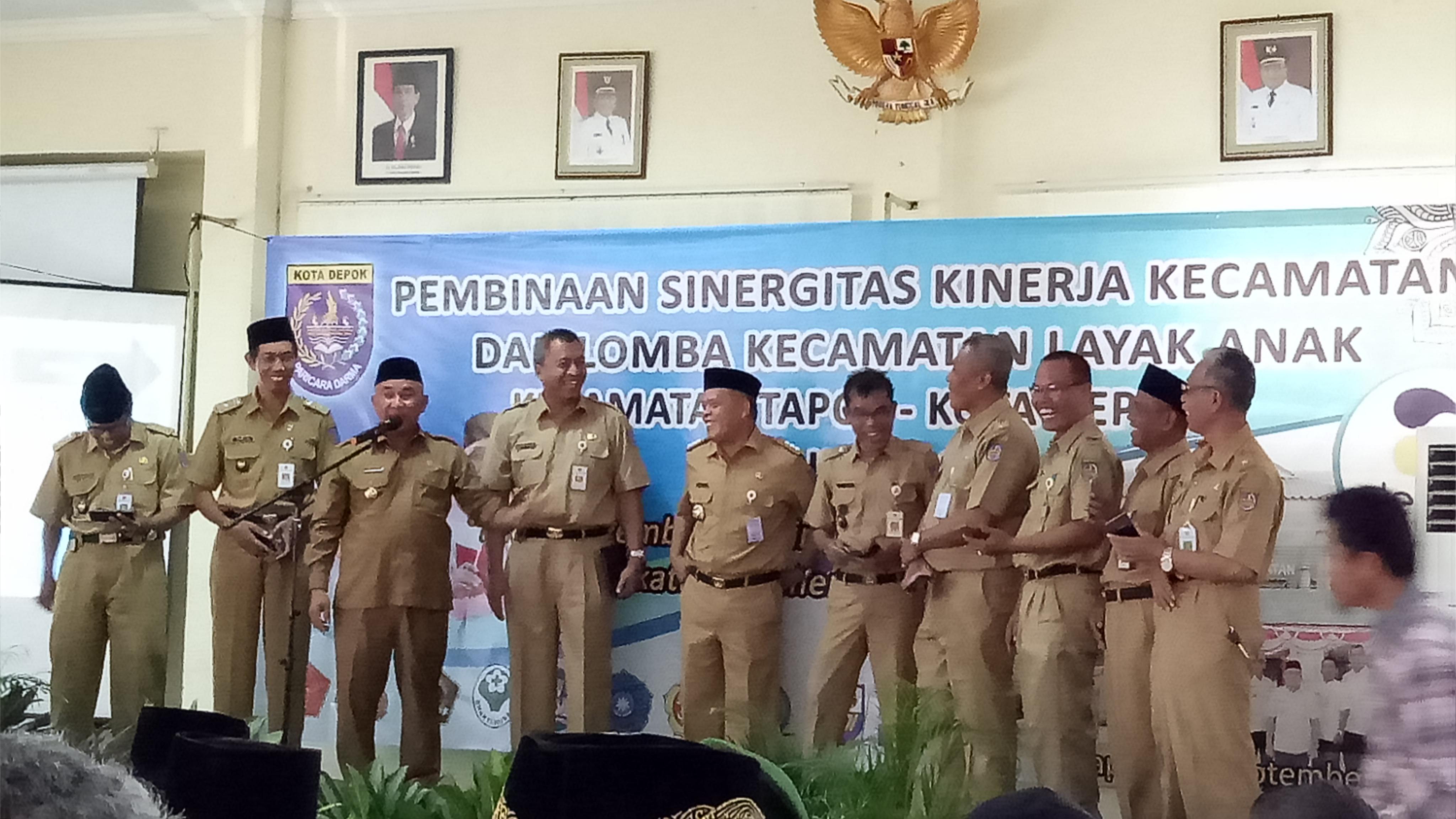 Walikota Depok didampingi Camat dan lurah se Kecamatan Limo.