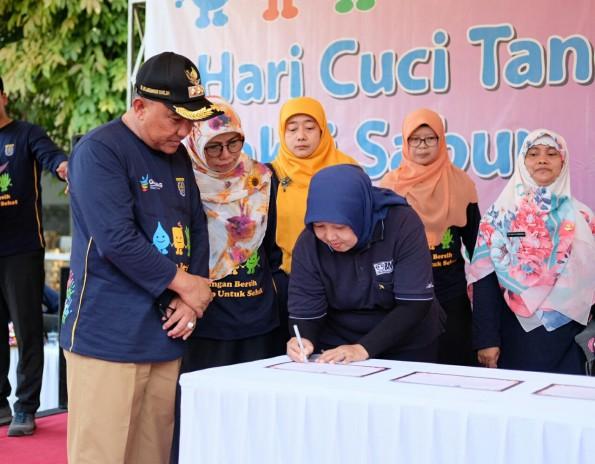 Walikota Depok menghadiri acara hari cuci tangan sedunia di halaman Balaikota Depok.