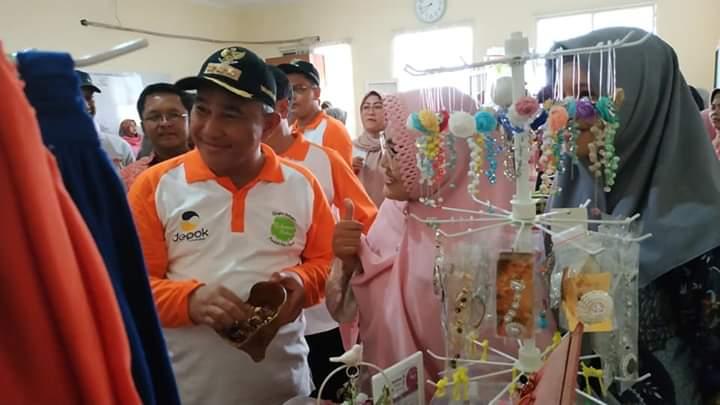 Walikota Depok Mohammad Idris sedang melihat produk UMKM Bojongsari di Kelurahan Pondok Petir