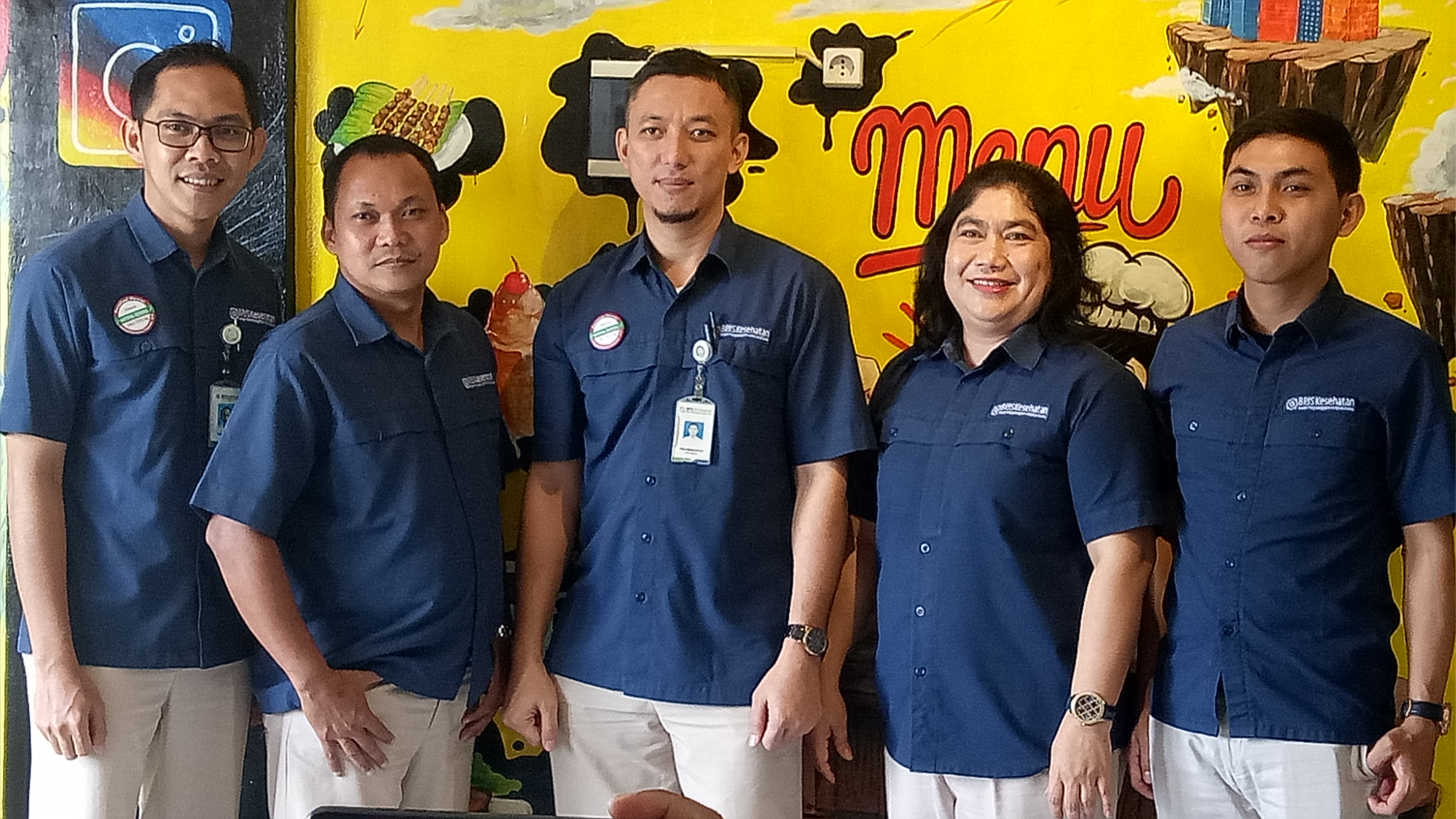 Kepala BPJS Kesehatan Kota Depok, Irfan Qadarusman (tengah) bersama sebagian timnya.