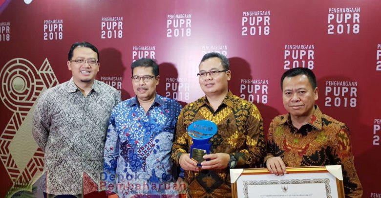 Jajaran direksi PDAM Tirta Asasta usai menerima penghargaan.