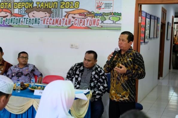 Lurah Bojong Pondok Terong Suryana Yusuf ketika menjelaskan rencana pembagian sertifikat tanah.