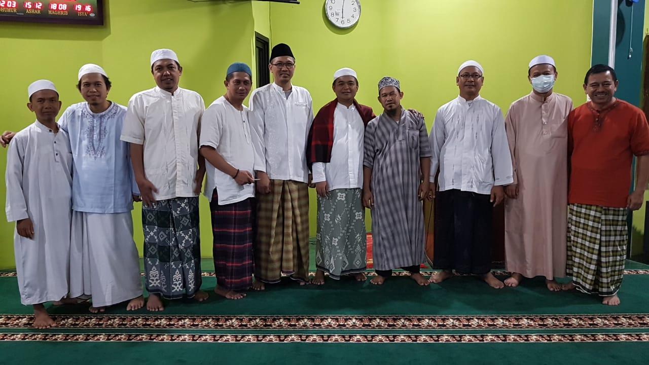 Ibnu Mas'ud marbot Masjid At Taqwa (4 dari kiri)  foto bersama dengan Ust.Endang Mintarja dan DKM Masjid At Taqwa.