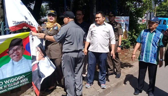 Tim gabungan yang dipimpin Asisten Bidang Hukum dan Sosial, Sri Utomo memimpin tim gabungan membersihkan APK di pinggir jalan.